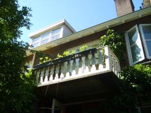Plantenbakken met aardbeien aan het balkon